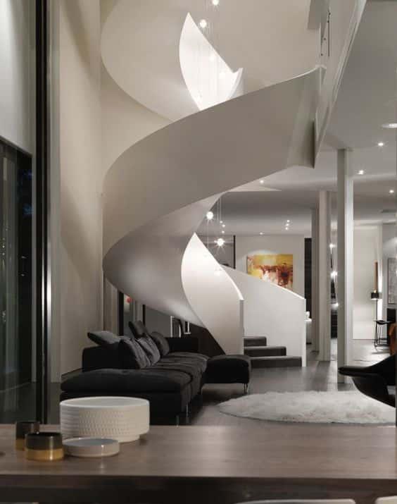 L'intérieur de ce salon ne serait pas aussi charmant sans un escalier aussi spectaculaire.