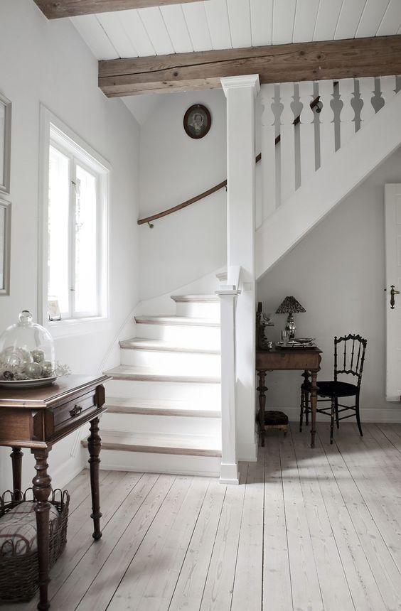 Une atmosphère de tranquillité règne dans une pièce où les tons clairs sont prédominants.