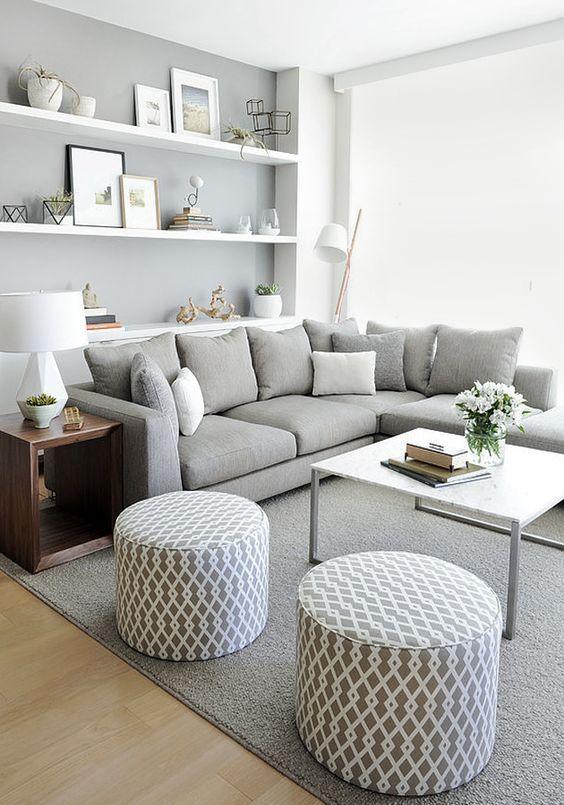 Dans un petit salon, il vaut mieux mettre un canapé d'angle.  Il occupe une surface beaucoup plus petite qu'une ligne droite, tout en vous permettant d'accueillir un plus grand nombre de personnes