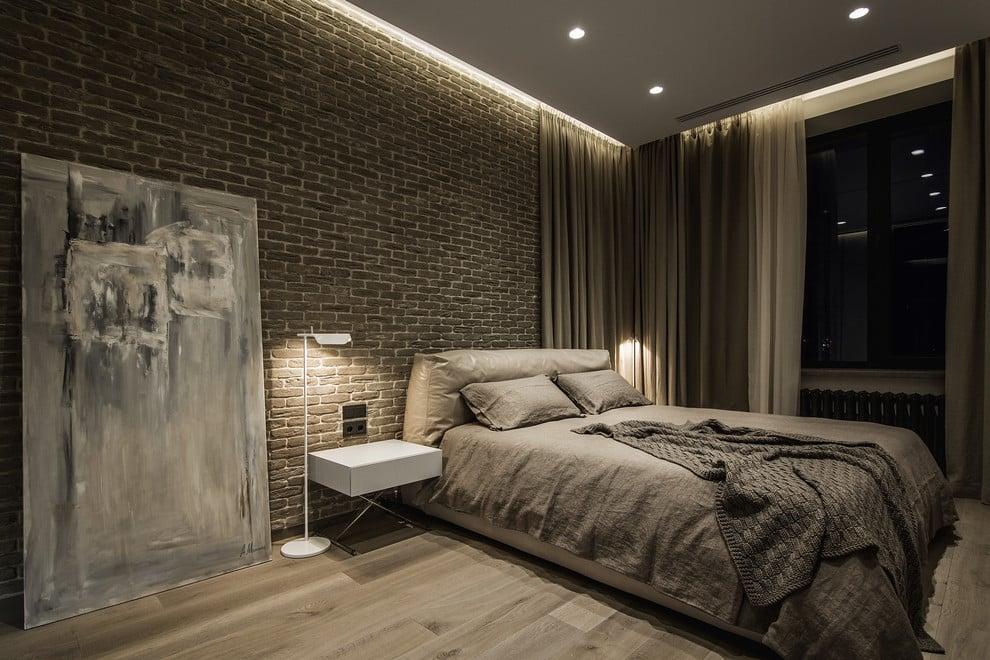 Pour un célibataire solitaire, une chambre de style loft convient, ce qui souligne parfaitement le caractère de son propriétaire.