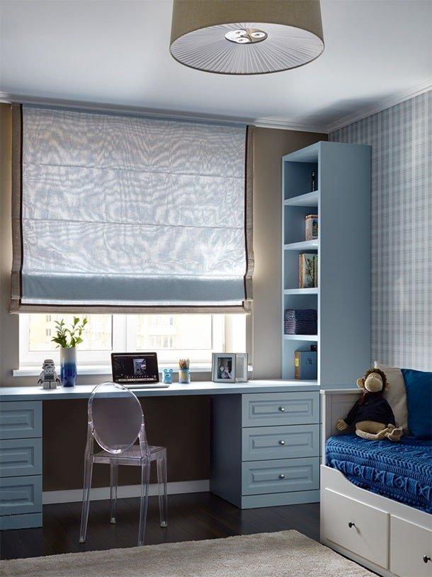 Un bureau au lieu d'un rebord de fenêtre est une excellente idée pour une chambre d'enfant avec un petit espace.