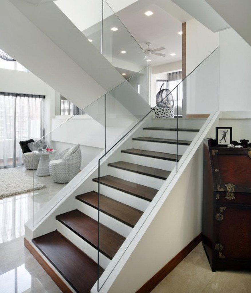 Les rampes en verre ajouteront de la grâce aux formes parfaites du style moderne.