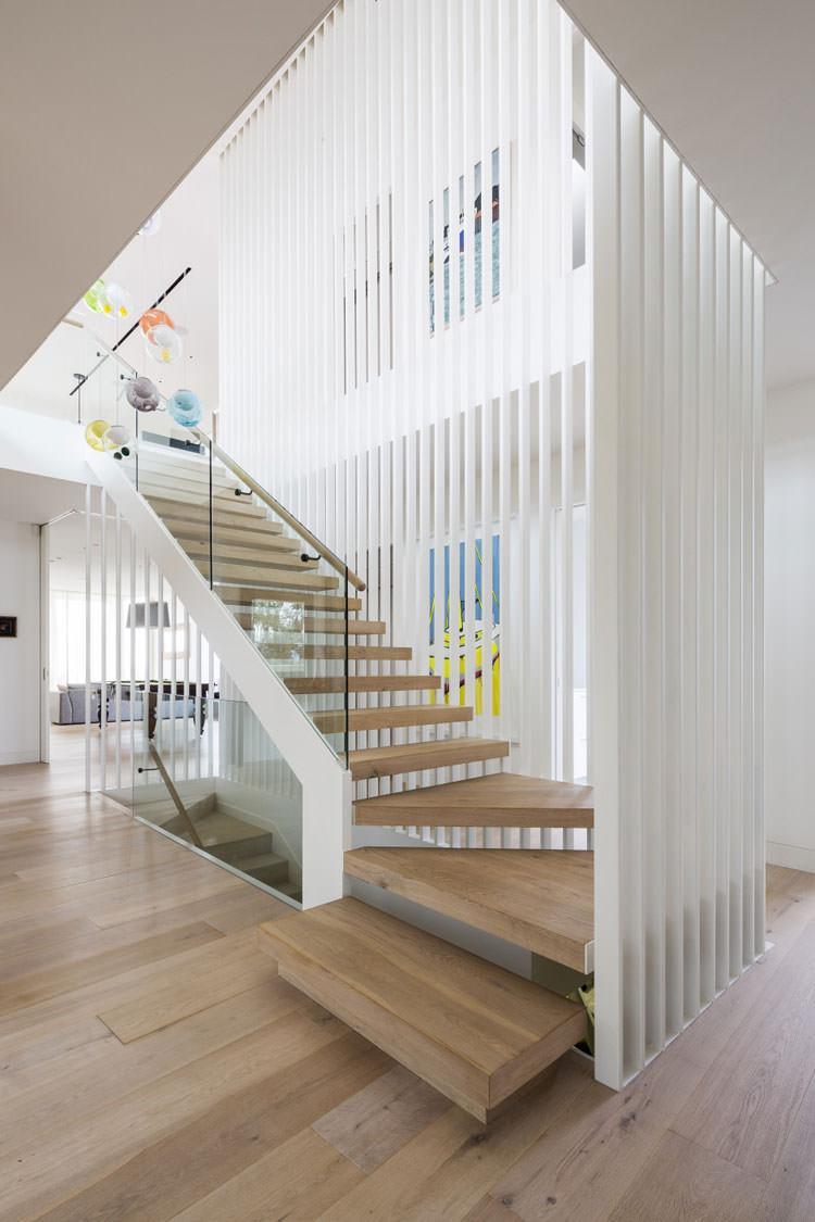 L'aération, l'élégance, la légèreté et en même temps la fiabilité et la sécurité absolues de la construction d'escaliers.