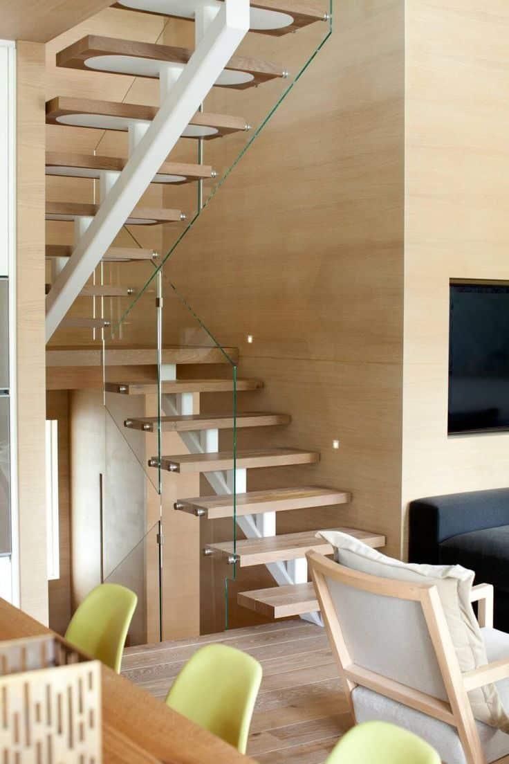 Avec une conception appropriée, vous pouvez installer un escalier même dans un espace assez étroit.