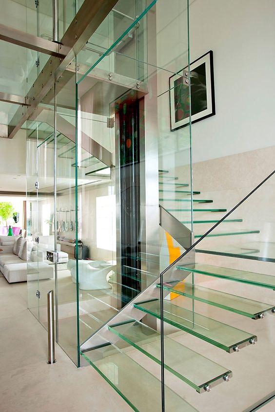 Les cloisons en verre sont simples et ne créent pas d'encombrement visuel.