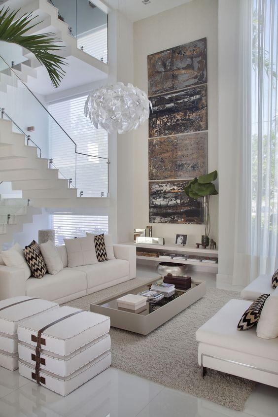 Escalier blanc comme neige avec rampe en verre dans le salon.