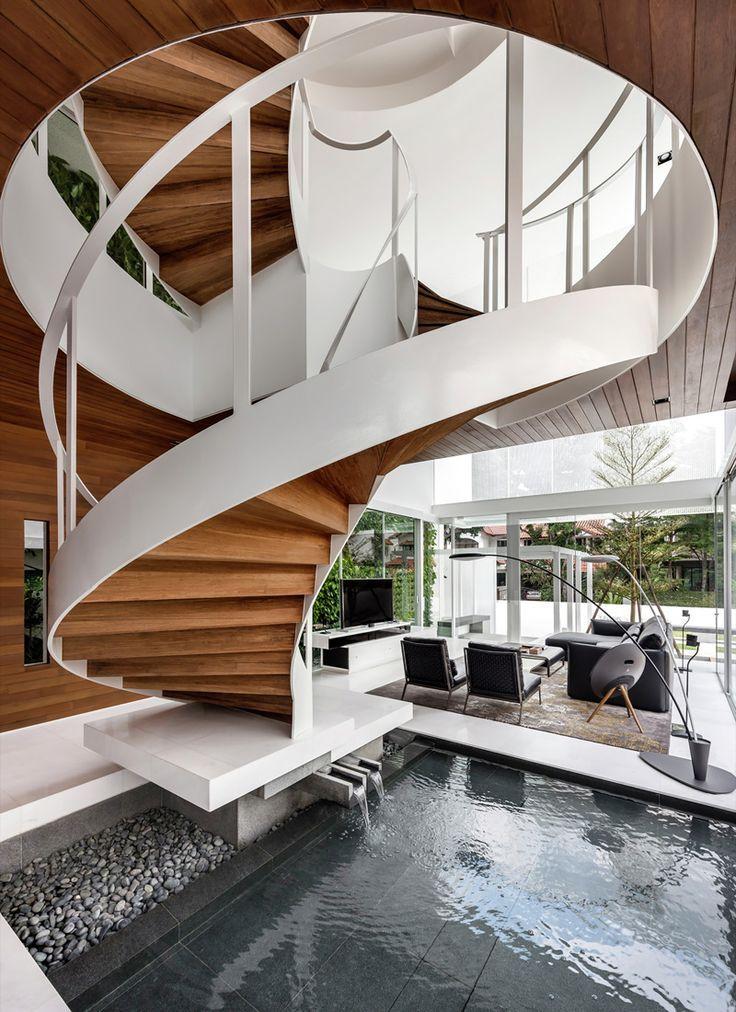 Seul un escalier encore plus luxueux fera l'affaire pour une maison luxueuse.