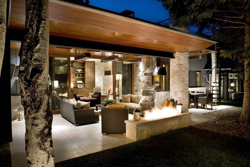 Une terrasse avec toutes les commodités peut remplacer complètement le salon et la cuisine.