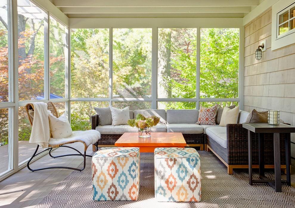 Une table orange originale et un confortable canapé d'angle conviennent parfaitement à cet intérieur.