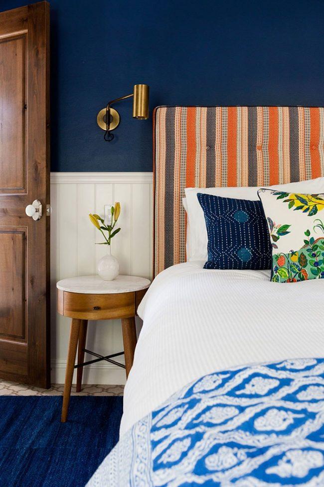 Aujourd'hui, la combinaison du bleu et de l'orange est très populaire dans les intérieurs.