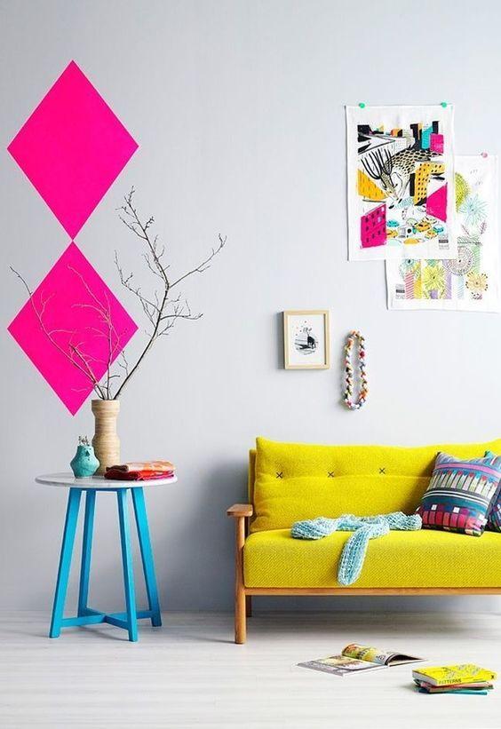 Les éléments de décoration intérieure originaux et lumineux créent une ambiance positive et agréable.