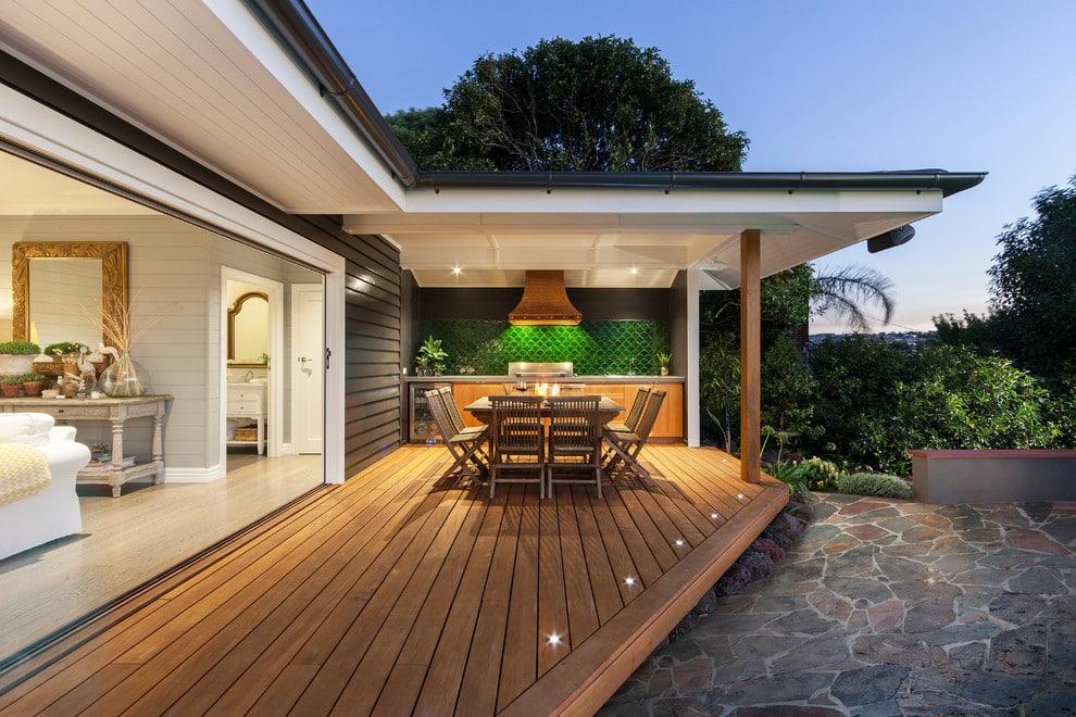 Une terrasse extérieure peut être aménagée en coin repas avec une petite cuisine.