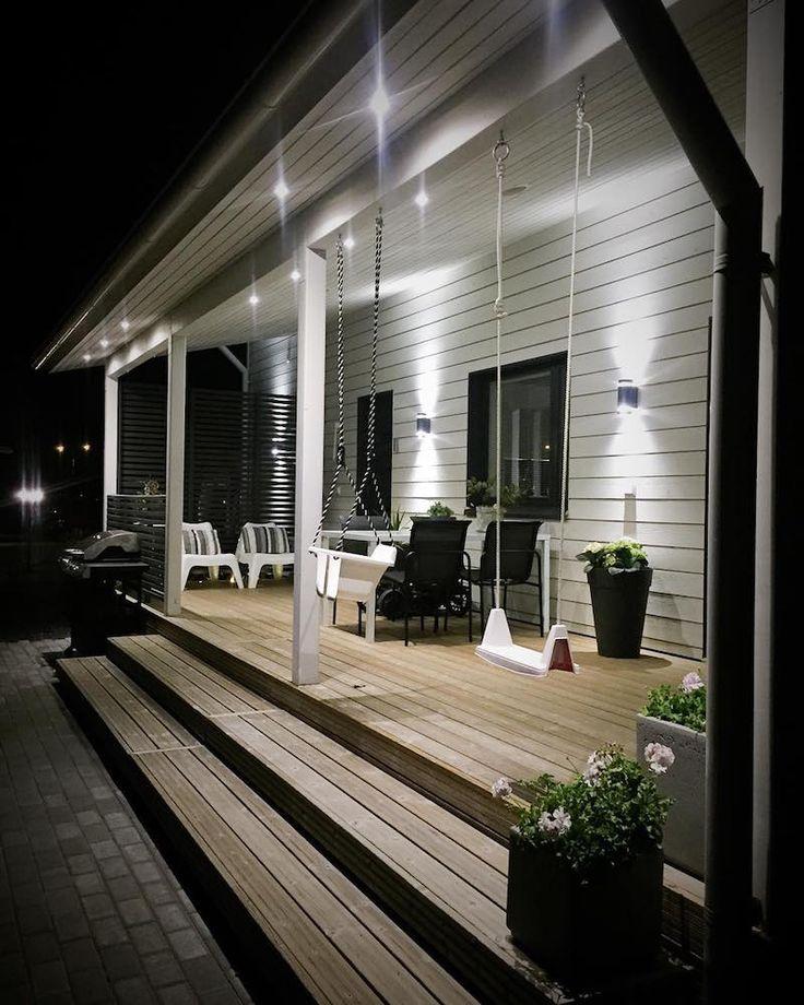 Terrasse confortable et élégante organisée sous un surplomb du toit