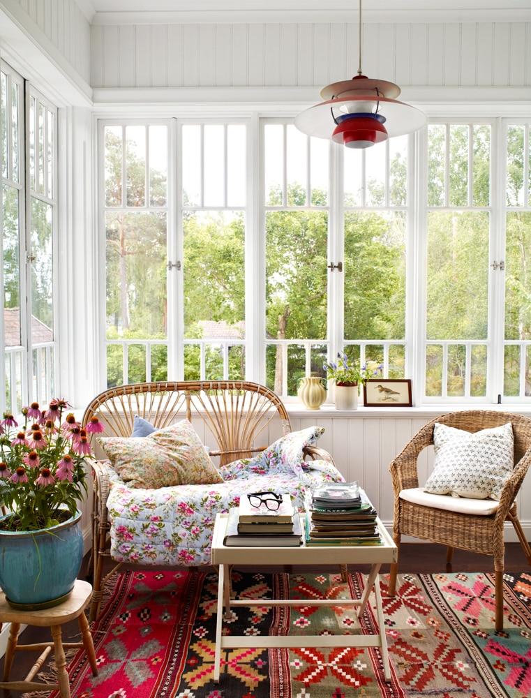 Style porche classique - murs blancs et grandes fenêtres spacieuses