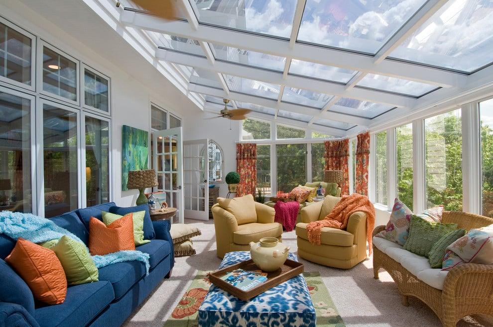 Si le porche a été conçu comme un lieu de repos, il est préférable de placer une petite table en son centre, autour de laquelle on disposera des chaises et des canapés rembourrés.