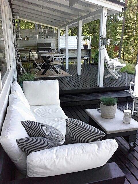 Pour le coin repas sur la terrasse, il est préférable d'installer un petit auvent qui le protège des précipitations.