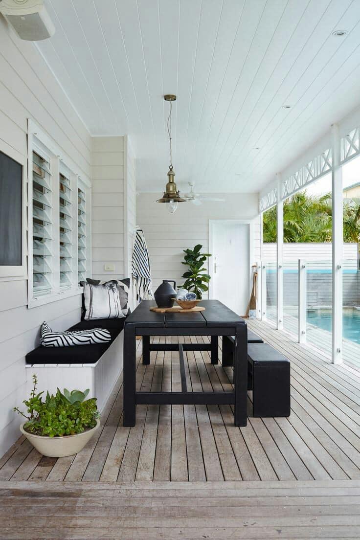Terrasse spacieuse et lumineuse avec vue imprenable sur la piscine