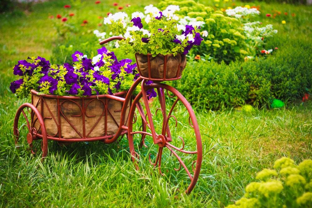 Belle composition printanière de fleurs fraîches et de métal