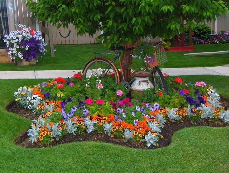 Un parterre de fleurs joliment décoré de fleurs sous-dimensionnées lumineuses vous ravira jusqu'à l'automne