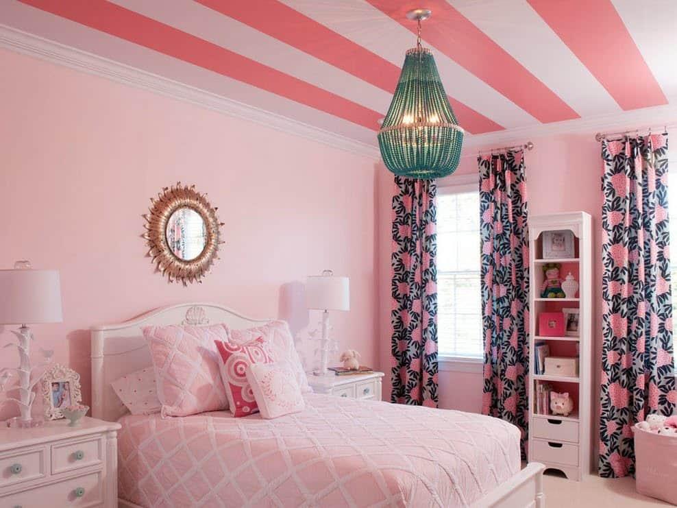 Chambre tendre et confortable pour une fille dans les tons roses