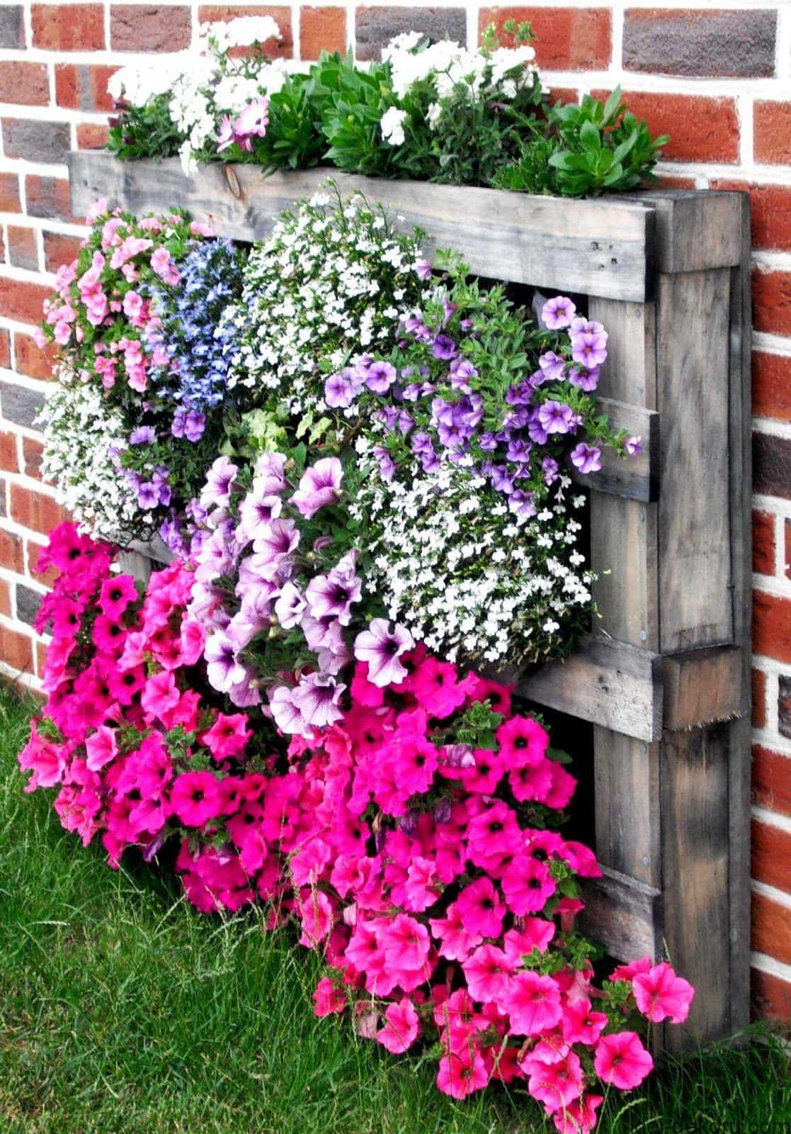 Les parterres de fleurs à faire soi-même fabriqués à partir de matériaux de récupération sont toujours dignes de respect