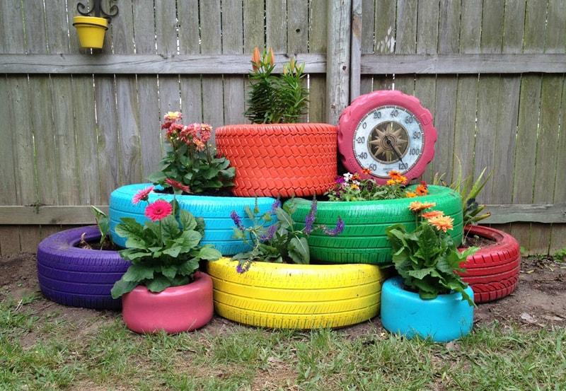 Les parterres de fleurs colorés faits de pneus de voiture sont une excellente tentative pour ajouter des couleurs vives à la vie quotidienne grise.