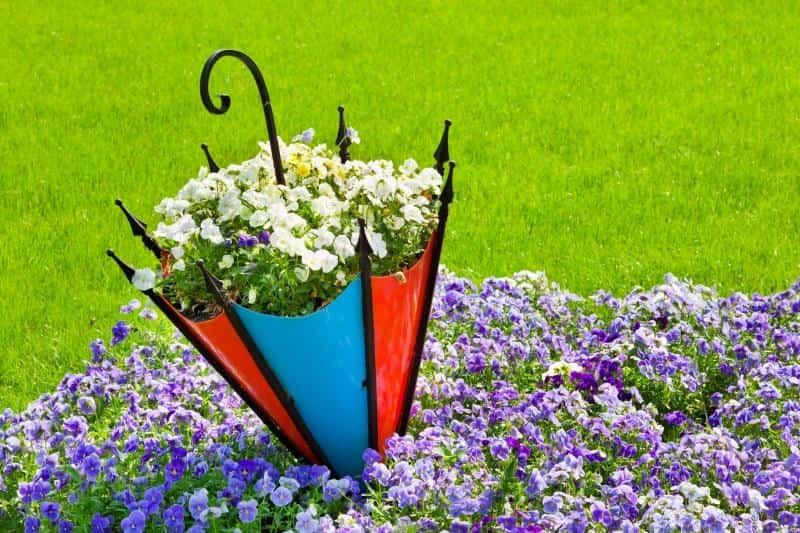 Un parasol de parterre de fleurs en contreplaqué ou en plastique vous servira longtemps