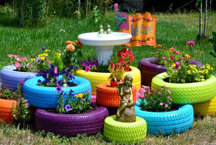 Parterres de fleurs lumineux, beaux et joyeux fabriqués à partir de vieux pneus de voiture