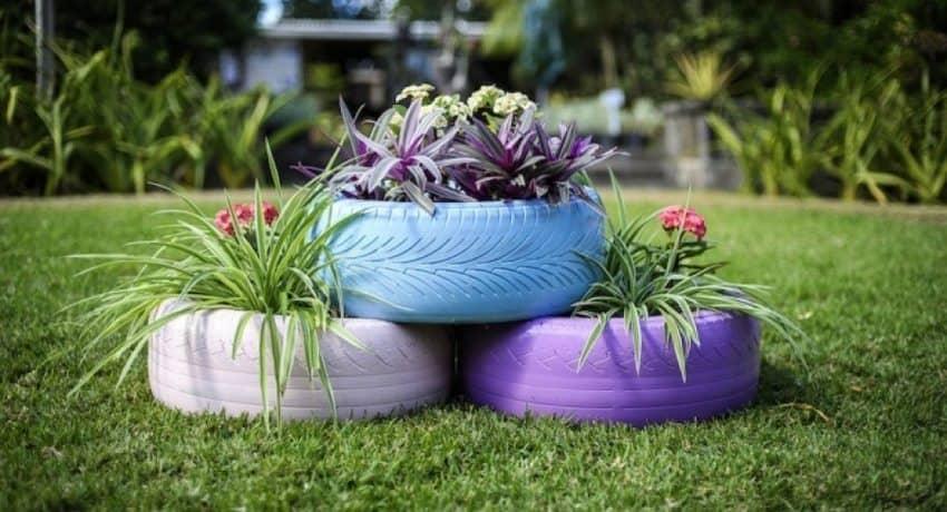 Pour organiser un beau jardin fleuri à partir de pneus, trois d'entre eux suffiront.