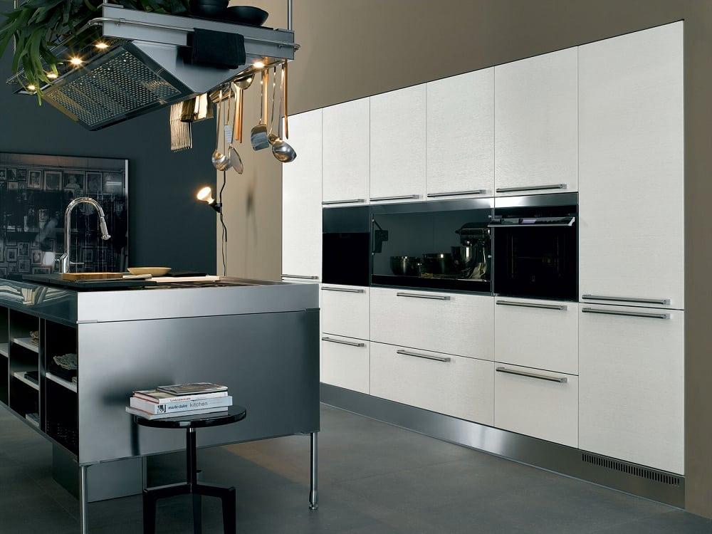 La combinaison parfaite du métal poli avec une surface de façade de cuisine blanche et brillante.