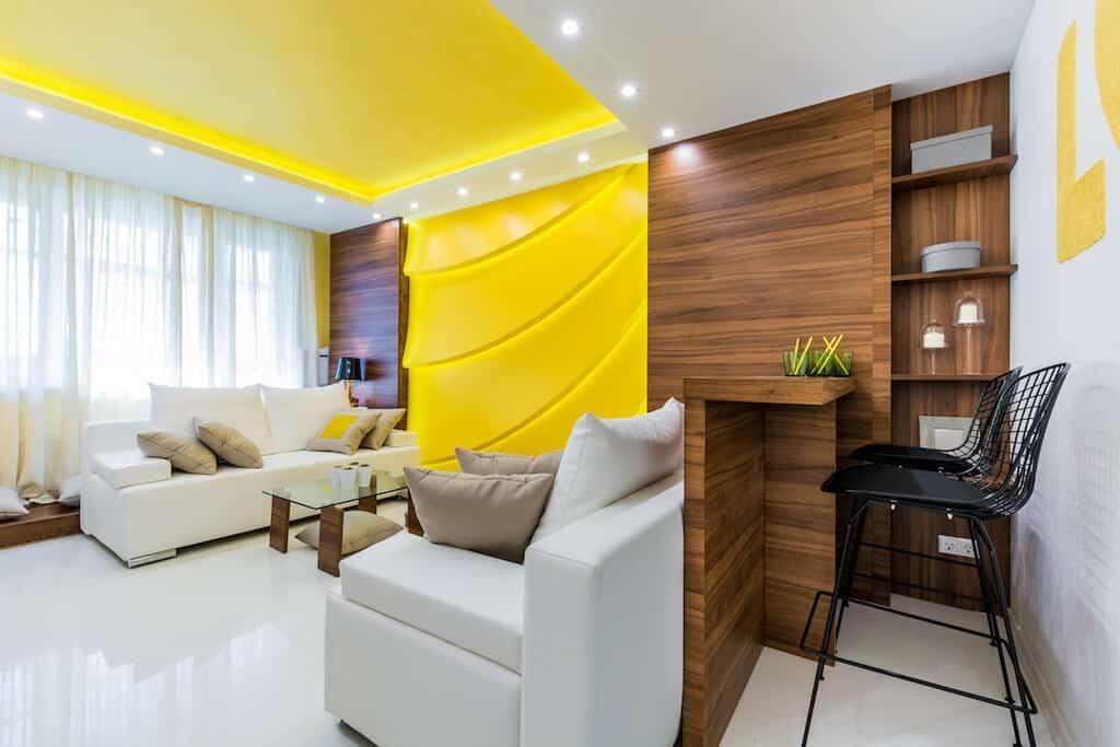 Magnifique combinaison de couleurs jaune et blanc dans un intérieur élégant de salon moderne