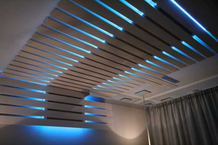 Un éclairage au néon d'une beauté surprenante donnera plus d'élégance à l'intérieur.