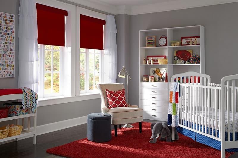Les stores romains de couleur rouge sont parfaits pour l'intérieur de la petite princesse.