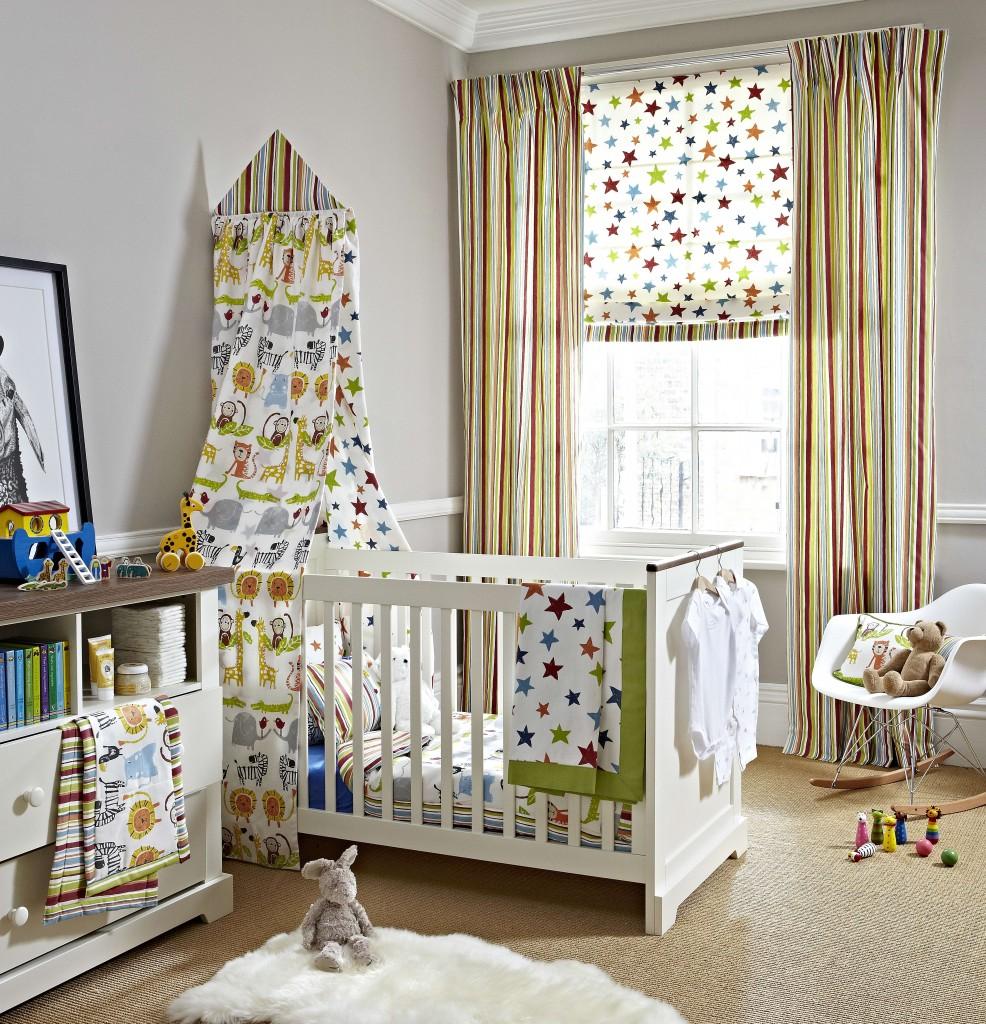 L'ajout de rideaux aux stores romains permet de réguler facilement la lumière dans la chambre d'un enfant.