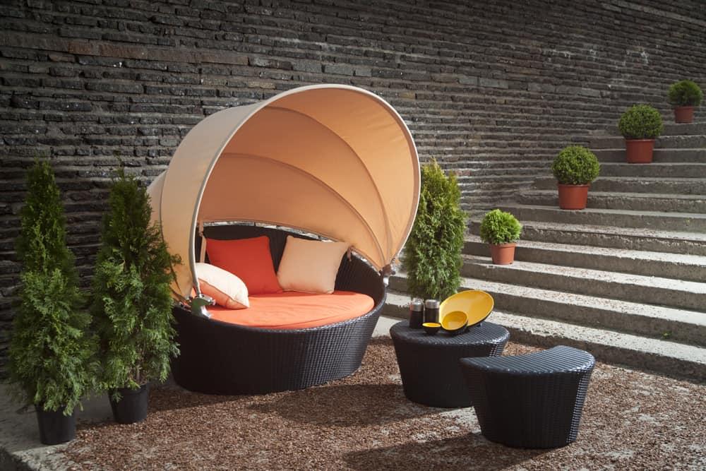 Красивое кресло из ротанга с оригинальным куполом защищающим от знойного солнца и дождя