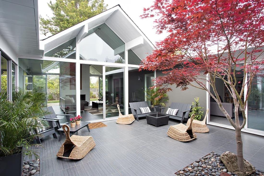 Красивая и стильная терраса с прекрасной современной садовой мебелью - все то, о чем только можно мечтать
