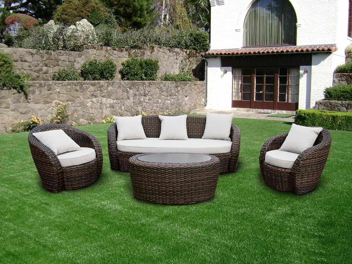 Плетёная мебель из ротанга прекрасно впишется в ландшафтный дизайн вашего сада