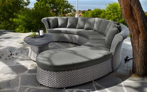Удобный диван из ротанга