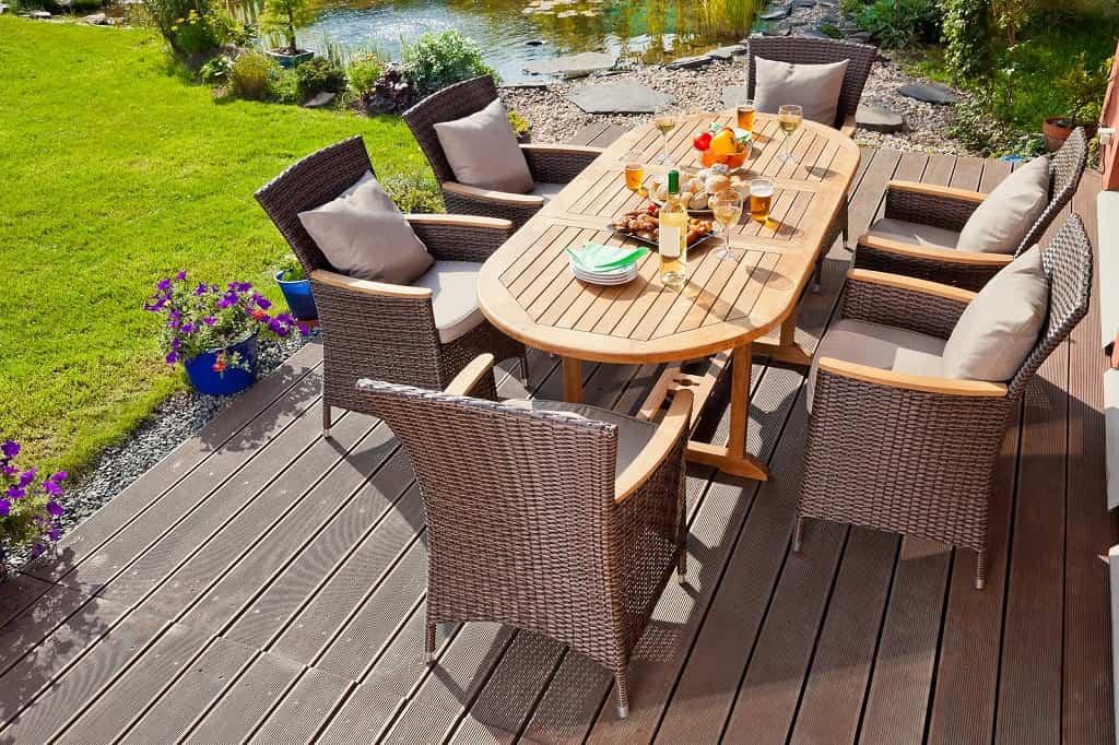 Расположить садовую мебель на открытой террасе всегда удобно и практично