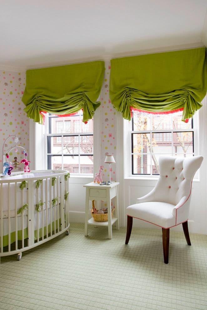 La dentelle sur les rideaux est un excellent moyen de leur donner un charme particulier.
