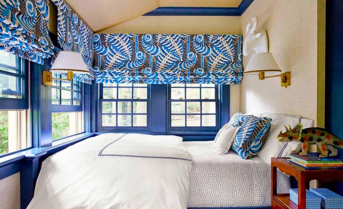 Sans rideaux, cette chambre pour un garçon était très différente. Ce n'est pas pour rien qu'on dit qu'un intérieur sans textile est ennuyeux et sans intérêt.