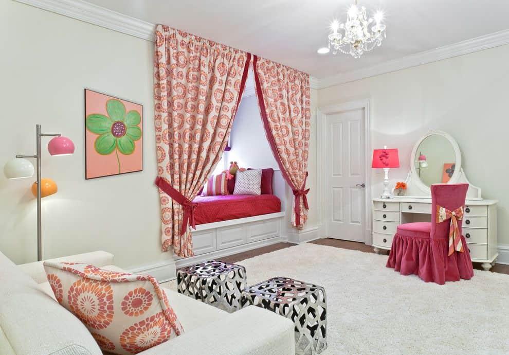 Outre les rideaux, d'autres éléments de décor, comme un tableau original ou un lampadaire élégant, peuvent également contribuer à compléter l'intérieur.