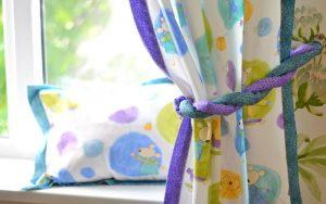 De beaux rideaux pour une chambre d'enfant