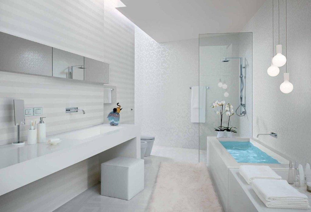 La couleur blanche des murs permet d'agrandir visuellement l'espace d'une salle de bains étroite.