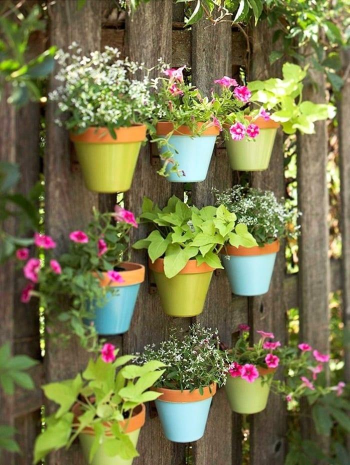 En accrochant des pots de fleurs à une courte distance entre eux, vous pouvez obtenir une sorte de haie