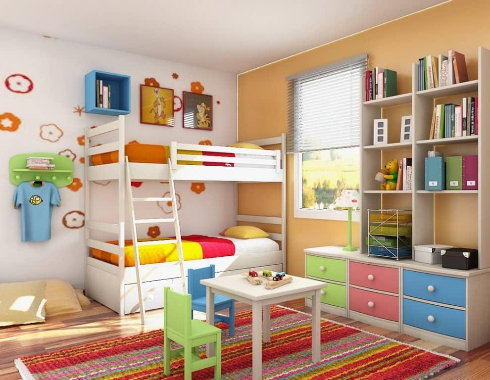 Les stores horizontaux classiques dans l'intérieur de la chambre d'enfant seront toujours appropriés