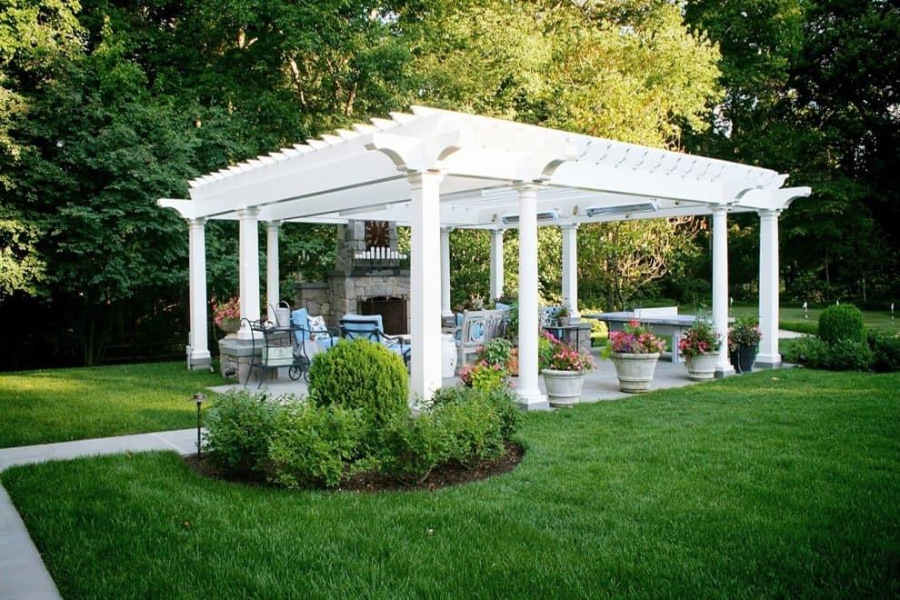 В последнее время очень модно стало устанавливать на даче садовую беседку из выкрашенной в белоснежный цвет древесины