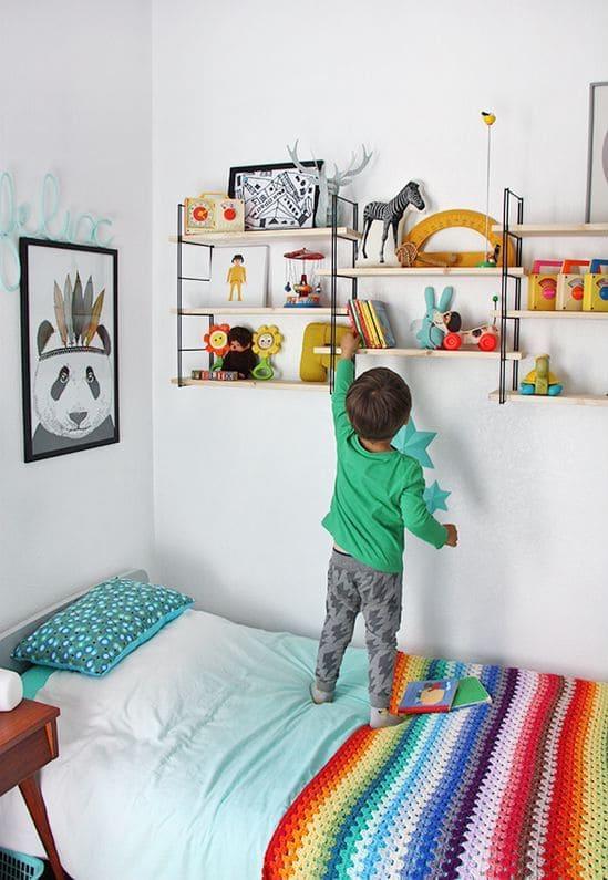 Les concepteurs expérimentés en matière de décoration d'intérieur pour enfants conseillent d'utiliser des étagères ouvertes pour ranger les livres, les jouets et autres petites choses.