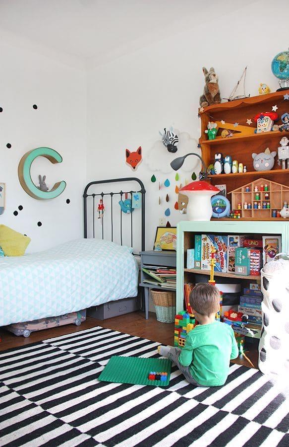 Pour éviter que votre enfant ne s'assoie sur un sol froid lorsqu'il joue, fabriquez un petit tapis, de préférence à poils courts.