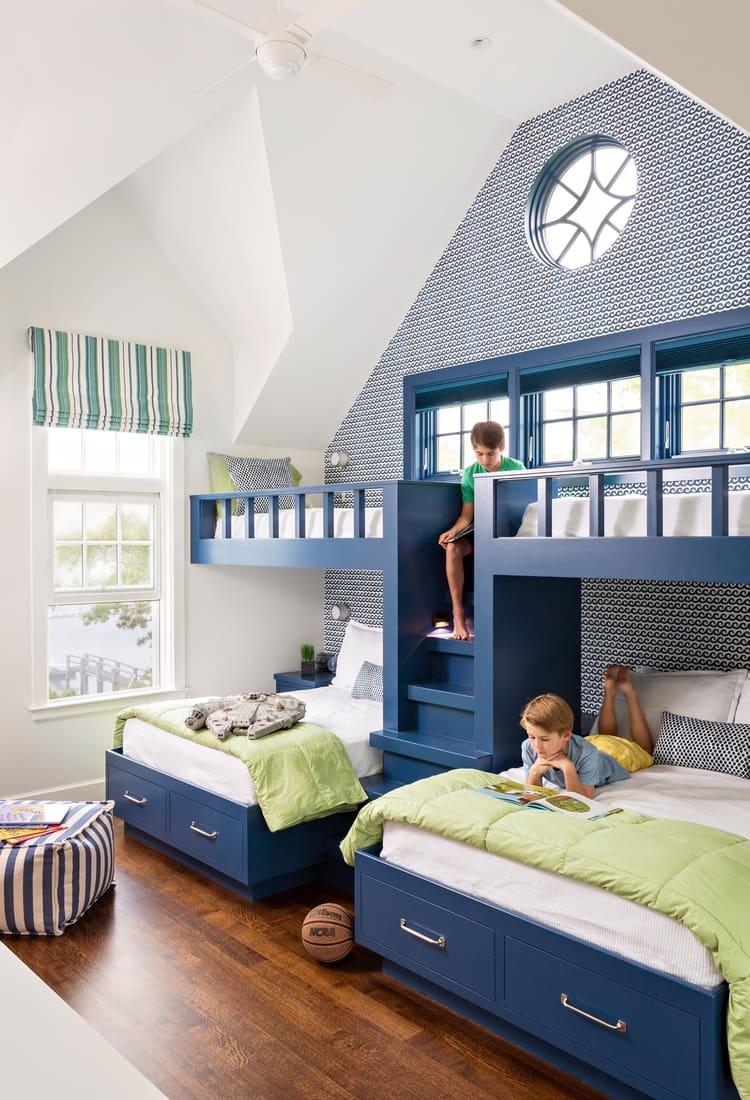 L'association du bleu et du blanc crée un intérieur austère avec une sensation simultanée de légèreté et de simplicité.